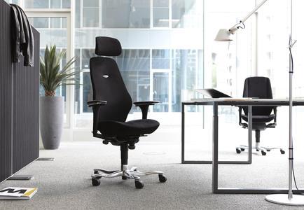 """Die bewegliche Sitzfläche der """"FreeFloat"""" Funktion sorgt für häufige, unkomplizierte Wechsel der Sitzstellung und fördert so Kreislauf und Konzentrationsfähigkeit (Bild: AGR/Kinnarps)"""