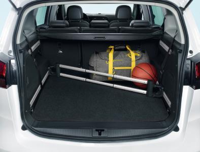 Aufgeräumt: Mit der FlexRail®-Trennstange bleibt im Laderaum des Opel Zafira alles am richtigen Platz
