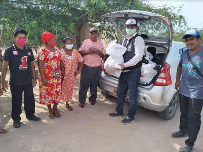 Ein ADRA-Koordinator und Freiwillige beginnen mit der Verteilung von Lebensmitteln an bedürftige Familien in der Region Wayúu in Nordkolumbien