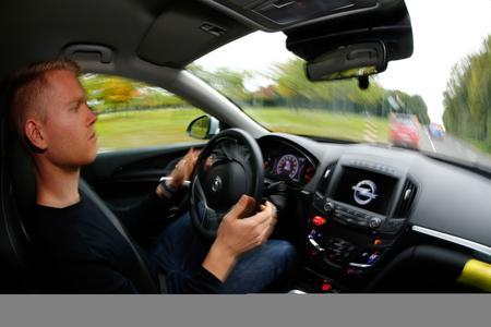Forschungsprojekt UR:BAN - Lenkeingriff: Der Opel Insignia reagiert auf die Gefahrensituation schneller als der Fahrer und startet das Ausweichmanöver © GM Company
