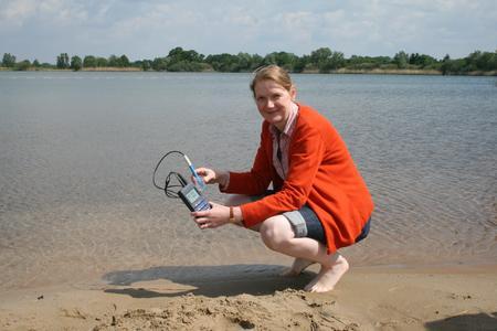 Wasserprobe am Hufeisensee in Isernhagen: Bettina Tecklenburg vom Fachbereich Gesundheit der Region Hannover kontrolliert die Wasserqualität