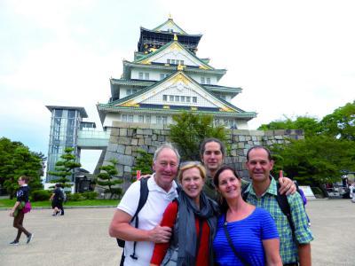 Oliver Drewes mit einem Teil der Reisegruppe vor einem Palast in Ōsaka.
