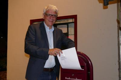 Bürgermeisterkandidat Klaus Hoffmann gibt Bewerbungsunterlagen ab.