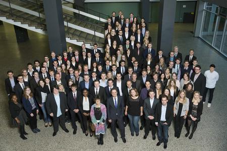 163 Studentinnen und Studenten der Hochschule Osnabrück können sich über eine monatliche Förderung von 300 Euro und Kontakte zu potenziellen Arbeitgebern freuen
