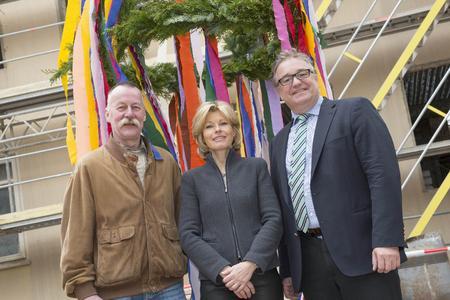 Bezirksbürgermeister Lothar Pollähne, Architektin Astrid Lange und Regionspräsident Hauke Jagau vor der Richtkrone