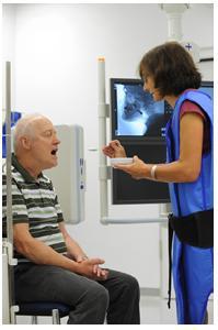 Angelika Kartmann, Leitende Klinische Linguistin und Logopädin am Klinikum Christophsbad, bei der Diagnostik einer Schluckstörung mittels Videofluoroskopie