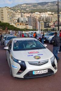 Der Opel Ampera gewinnt bei seiner ersten Teilnahme die 13. Rallye Monte Carlo für alternative Antriebe. Hier warten Hanns Werner Wirth (Fahrer) und Daniel Riesen (Co-Pilot) auf den Startschuss zur Etappe am Samstag mit vier Sonderprüfungen, darunter dem legendären Ritt über den Col de Turini (Foto: Adam Opel AG)