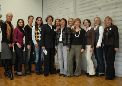 Prof. Dr. Friederike zu Sayn-Wittgenstein (5.v.l.) und Prof. Dr. Marie-Luise Rehn (6.v.l.) begrüßen die neuen Studentinnen