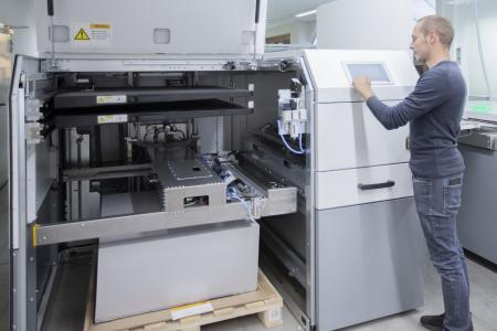The KODAK MAGNUS Q800 is the world's fastest 8-page computer-to-plate system. The new KODAK MAGNUS Q800 platesetter will make offset printing even more eco-friendly, energy-efficient and fast / Copyright: ONLINEPRINTERS