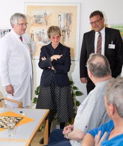 """""""Früher oder später werden wir das alle benötigen"""", sagte Fürstin Gloria von Thurn und Taxis bei ihrem Besuch in der Orthopädischen Klinik der Universität Regensburg in Bad Abbach. Foto: Asklepios Klinikum Bad Abbach/Rainer Fleischmann"""