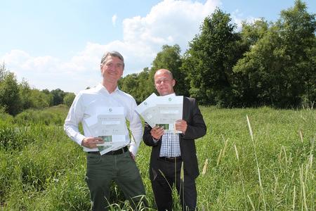 Für die Bremer Umweltpartnerschaft nahmen Andreas Lieberum und Martin Schulze ('puu'-Koordinierungsstelle) die Moorland-Zertifikate, die mit Mitteln aus dem netzwerkeigenen Klimafonds gekauft wurden, entgegen