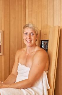 """Im Saunabereich ist ein """"InfraPlus""""-Infrarotsitz für die gezielte Behandlung von schmerzhaften Verhärtungen oder Verspannungen im Rücken oder in den Schultern integriert. """"Diese Funktion nutze ich häufig, wenn ich nach dem Training in diesen Bereichen Schmerzen habe"""", freut sich Christina Obergföll über den sinnvollen Zusatznutzen. Foto: KLAFS GmbH & Co. KG"""