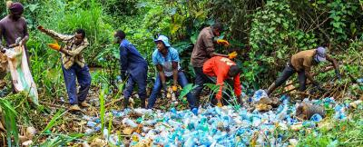 Social Cleanup am Ruaka River in Kenia (25.08.2020). Hier wurden 308 kg Müll aus dem Fluss entfernt. Den Großteil der PET-Flaschen kaufte später das Recycling-Unternehmen PETco Kenia auf. Foto: James Wakibia/sana mare