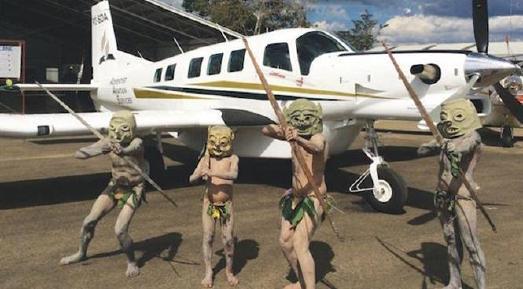 """Asaro """"Schlammmänner"""" begrüßen das neue Flugzeug in Papua-Neuguinea © Foto: Adventist Record"""