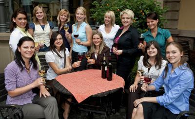 Eine von diesen  jungen Frauen wird Deutsche Weinkönigin.