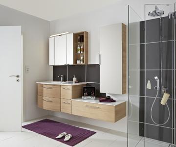 Pflegeprodukte und Handtücher sind hinter Türen und in Schubladen verstaut, das Badezimmer wirkt aufgeräumt. Dabei verbleibt ausreichend Abstellfläche. Harmonisch aufeinander abgestimmte Möbel wirken ästhetisch ansprechend. Es ist ein schöner Rückzugsort entstanden, Foto: Pelipal