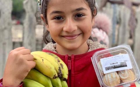 Mädchen mit Lebensmitteln von ADRA Rumänien