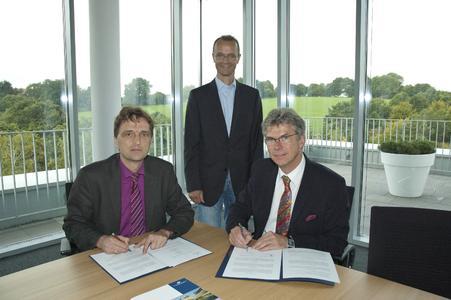 Prof. Dr. Andreas Bertram (li.) und Klaus Tisson (re.) bei der Vertragsunterzeichnung mit Prof. Dr. Torsten Arnsfeld