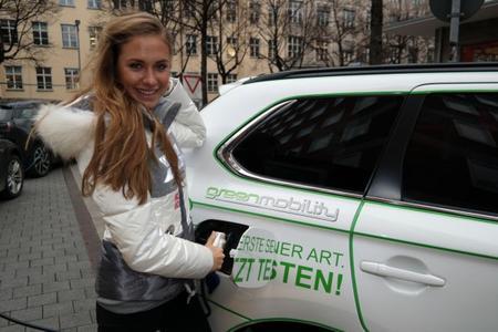 Alena Gerber mit ihrem neuen Plug-in Hybrid Outlander / Quelle: Mitsubishi