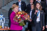 Zum Empfang der Deutschen Berufe-Nationalmannschaft nimmt Bundeskanzlerin Dr. Angela Merkel von Ines Senft einen Blumenstrauß entgegen. Die junge Floristin wurde bei der WM der Berufe – den WorldSkills Kasan 2019 – mit einer Exzellenzmedaille ausgezeichnet. Fotohinweis: WorldSkills Germany / Frank Erpinar