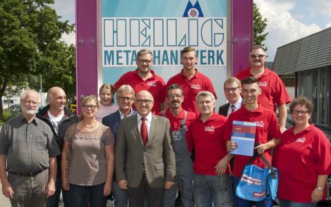 Die Auszeichnung von Maurice Stemmler (1. Reihe, 2. von rechts) wurde in Rottenburg mit einer kleinen Betriebsfeier verbunden