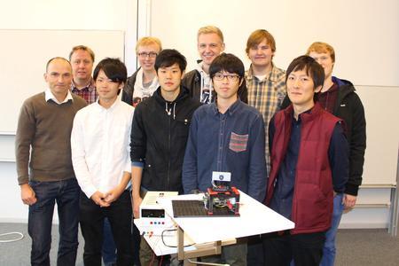 Die Studierendengruppe um Prof. Dr. Markus Weinhardt (links) konzipierte ein Sensorsystem auf Ultraschallgrundlage. Für die Konstruktion wurde ein 3D-Drucker genutzt