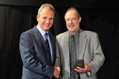 Michael Wendt (l.), Vorsitzender der Geschäftsführung Pirelli Deutschland, gratuliert Ludwig Ruppert zu seinem 50-jährigen Firmenjubiläum