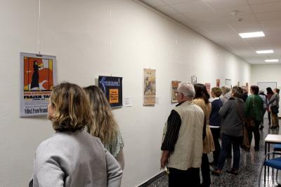 Historische Plakate aus der Zeit, als die Frauen ihr Wahlrecht erkämpften, sind noch bis Mitte Dezember in der VHS in Alsfeld zu sehen (Foto: Michaela Stefan, Vogelsbergkreis)