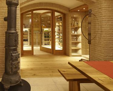 Der Weinkeller Ist Mit Einer Glastür Vom Partyraum Getrennt