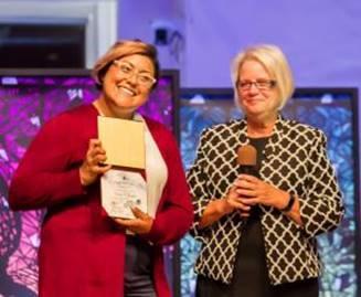Pastorin Beverly Maravilla (links) bei der Ordinationsfeier mit Pastorin Sandra Roberts / © Foto: SPECTRUM