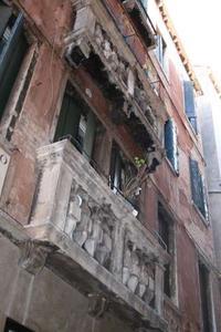 Von diesem Haus bw. Balkon ist das Marmor Stück abgebrochen.