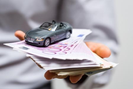Autobesitzer erhalten in diesen Tagen die Rechnung für ihre Kfz-Versicherung. Ein Versicherungswechsel liegt nahe, um Geld zu sparen. Der 30. November ist der Stichtag, um die Kfz-Versicherung zu kündigen. Bild: ots/KLUGO GmbH