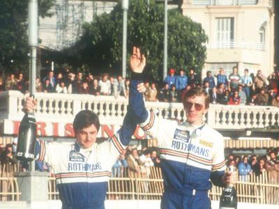 Christan Geistdörfer (links) und Walter Röhrl feiern auf Ihrem Opel Ascona 400 den Sieg bei der Rallye Monte Carlo 1982.
