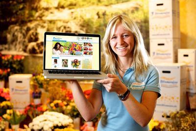 Blumenfee Maren Hellwig mit Laptop und Blumenfee Shop