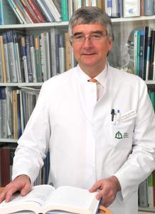 Professor Dr. Dr. Joachim Grifka: Motor für die Entwicklung der Orthopädischen Universitätsklink Bad Abbach zu einem der führenden deutschen Forschungs- und Behandlungszentren für Gelenk- und Rückenerkrankungen. Foto: Asklepios Klinikum Bad Abbach