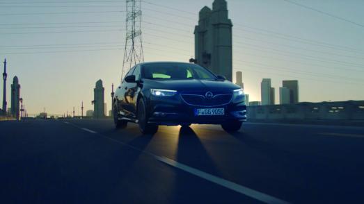 Konventionelle Grenzen? Die kennt der neue Opel Insignia nicht und bietet Premium-Technologien, die man sonst nur aus höheren Fahrzeugsegmenten kennt – eben führende Technik für alle