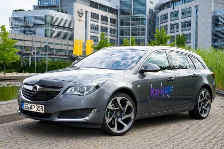 Hochautomatisiertes Fahren: Ein Opel Insignia-Versuchsfahrzeug vor der Unternehmenszentrale in Rüsselsheim