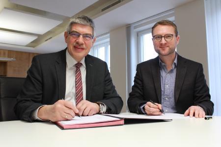 Die Kooperationsvereinbarung zum Hessencampus Vogelsberg wurde von Landrat Manfred Görig (li.) und dem Ersten Kreisbeigeordneten Dr. Jens Mischak unterzeichnet – die Angebote laufen jetzt unbefristet weiter, Foto: Gaby Richter