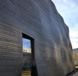 Die vorgehängte hinterlüftete Fassade verbindet Wärmeschutz und Architektur.