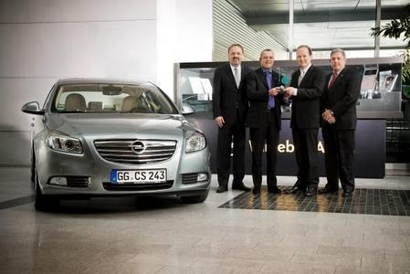 DEKRA-Vertriebsleiter Erik Wakolbinger (li) und DEKRAGeschäftsführer Wolfgang Linsenmaier ( mi. re.) übergaben in Rüsselsheim den Pokal für die beste Einzelwertung aller getesteten Fahrzeuge an Opel-Vertriebs- und Marketingchef Alain Visser und Robert Ottolini (re), Opel-Qualitätschef