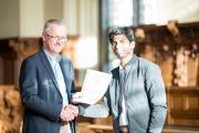 Prof. Dr. Thomas Pawlik überreicht Master-Student Nishant Sinha den DAAD-Preis 2018