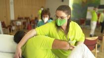 Die Samariterstiftung Nürtingen hat in einem Modellprojekt Kinästhetik-Schulungen für das Pflegepersonal eingeführt, durch die Mitarbeitende ihre Bewegungen sensibler wahrnehmen. Bild: Deutsche Fernsehlotterie
