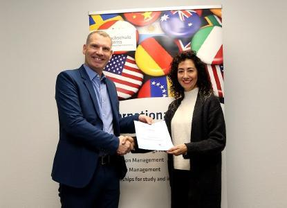 Joachim Mayer, Leiter des International Center, überreicht Angela Penagos die Urkunde zum DAAD-Preis 2019 / Foto: Dorothea Hoppe-Dörwald