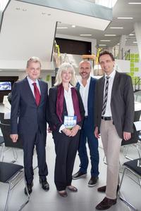 Freuen sich gemeinsam über das neue Hörsaalgebäude (v.l.): Professor Dr. Wolfgang Lücke, Andrea Hoops, Markus Sporer, Professor Dr. Andreas Bertram. Foto: Ralf Garten