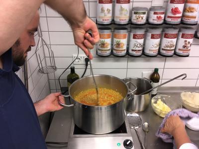 Kürbis-Risotto wird gekocht durch einen Mitarbeiter der Wichtel Akademie