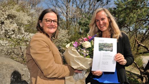 Angela Ziltener, 1. Preisträgerin Trophée de femmes 2021 (rechts), und Sabine Fesenmayr, Fondation Yves Rocher – Foto: Daniel Schmuki – persönlichkeitsfotographie – www.danielschmuki.ch