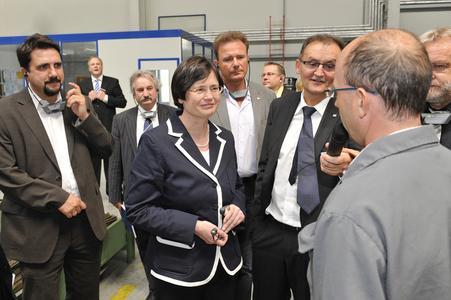 Die Thüringer Ministerpräsidentin Christine Lieberknecht (Mitte) im Gespräch mit Jens Wilhelm, Leiter der neuen Galvanikanlage im Winkhaus Werk in Meiningen