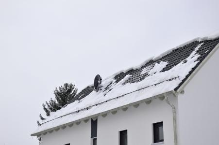 Schnell abtauender Schnee auf dem Dach kann ein erster Hinweis auf einen Optimierungsbedarf der Dämmung sein.