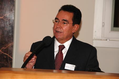 Günther Fleig, der langjährige Personalvorstand der Daimler AG, bei seinem Festvortrag.