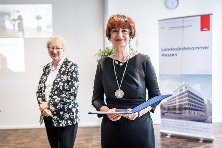 Von links nach rechts: Monika Buchalik, Vizepräsidentin der Landesärztekammer Hessen, und Prof. Dr. med. Viola Hach-Wunderle* * alle Teilnehmer/innen sind vollständig geimpft
